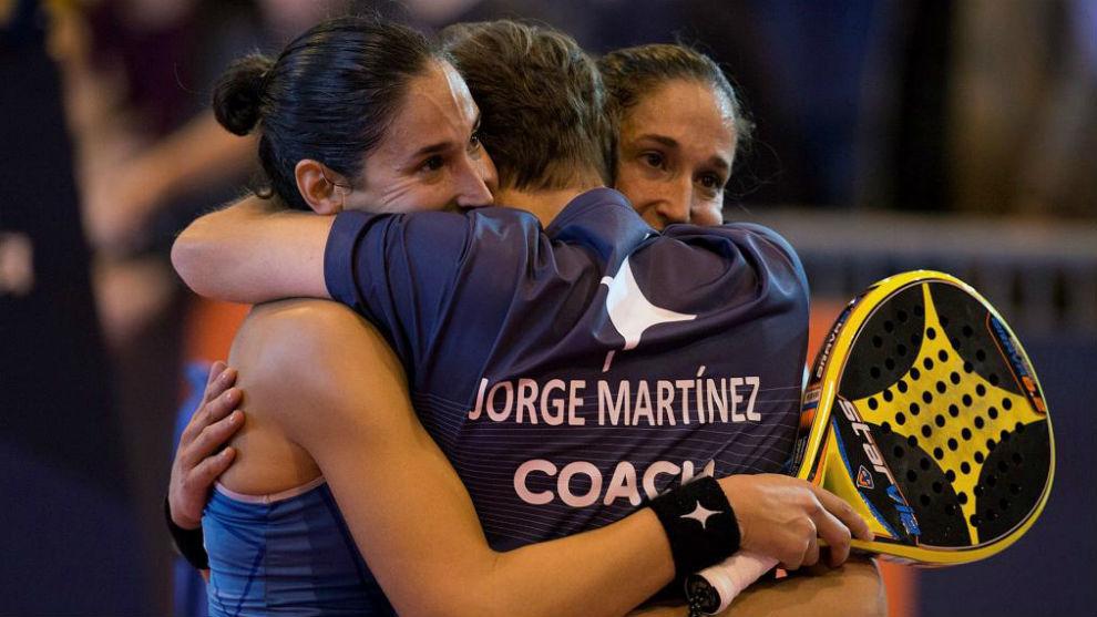 Las hermanas Alayeto se abrazan celebrando el triunfo de hoy.