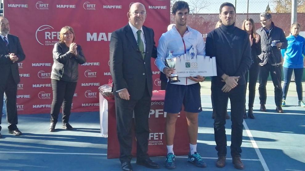Taberner, con el trofeo de campeón al lado de Miguel Díaz