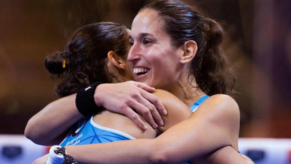 Las hermanas Sánchez Alayeto se abrazan celebrando el triunfo.