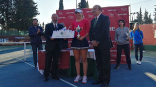 Badosa, con el trofeo al lado de Miguel Díaz