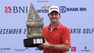 Justin Rose posa con el trofeo de ganador.