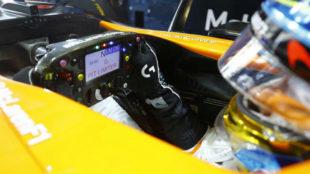 Fernando Alonso en el 'cockpit' del MCL32, durante una prueba de 2017