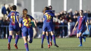 Patri Guijarro celebra con sus compañeras el primer gol en Vallecas.