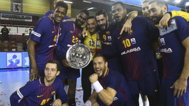 Los jugadores del Barcelona celebran el título de la Copa Asobal