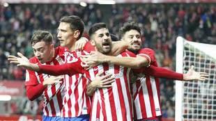 Carmona celebra con sus compañeros el segundo gol del Sporting al...
