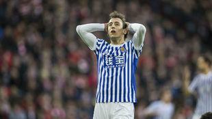 Oyarzabal (20) se lamenta de errar una ocasión de gol.