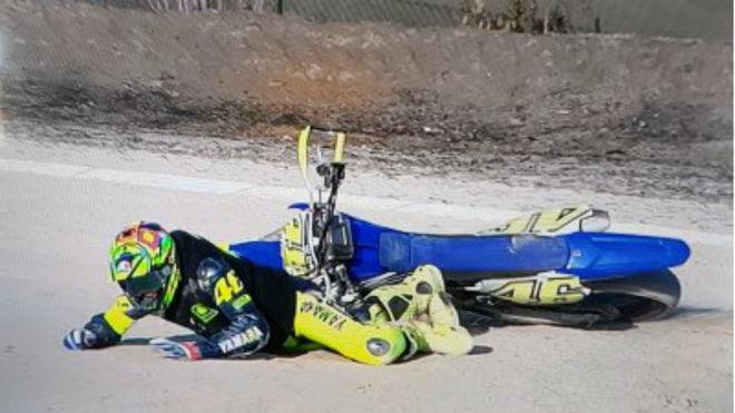 Rossi, por los suelos en los '100 km'.