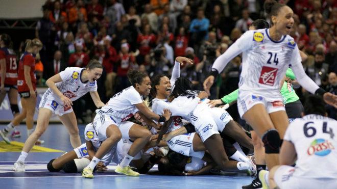 Las jugadoras francesas celebran la victoria en la final del Mundial...