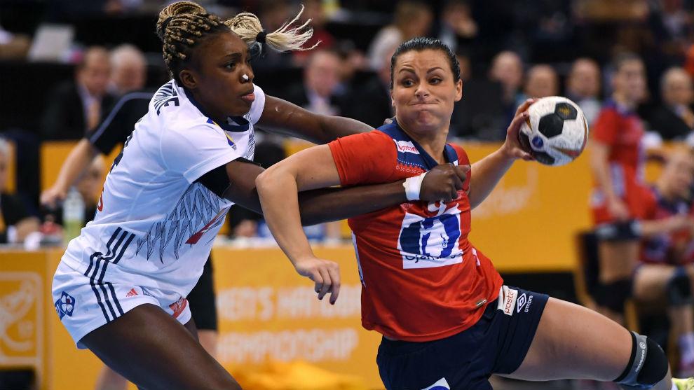 La noruega Nora Mork intenta el lanzamiento en la final.