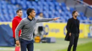 Paquito da instrucciones durante el choque contra el Espanyol.