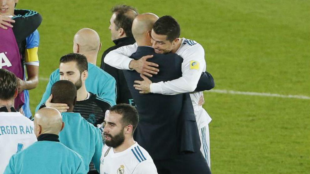 Zidane abraza a Cristiano tras conquistar el Mundial de Clubes