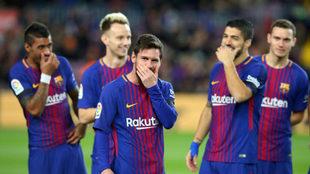 Los jugadores del Barcelona, sonrientes ante el Deportivo