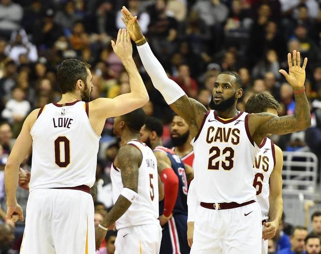 LeBron James celebra una jugada con Kevin Love