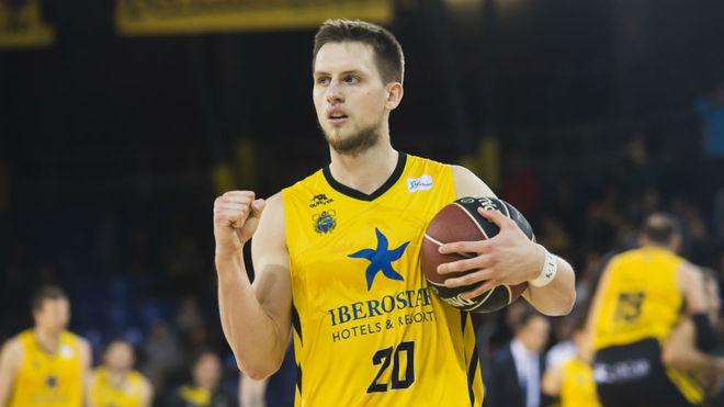 Mateusz Ponitka celebra una victoria del Iberostar contra el Barcelona