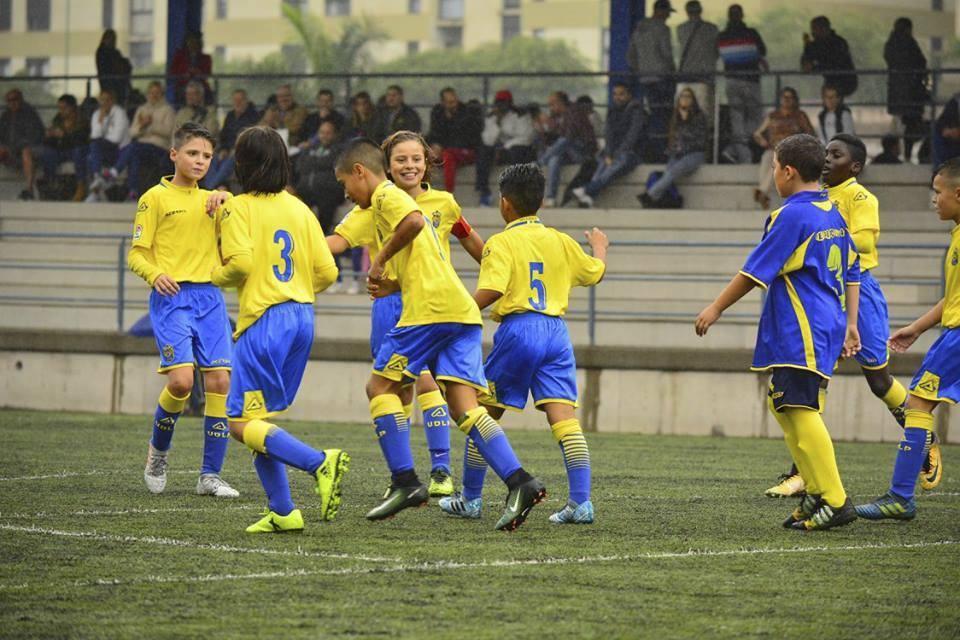 Los alevines de Las Palmas celebran un gol esta temporada