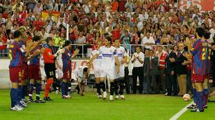 Pasillo del Barça al Sevilla en mayo de 2006