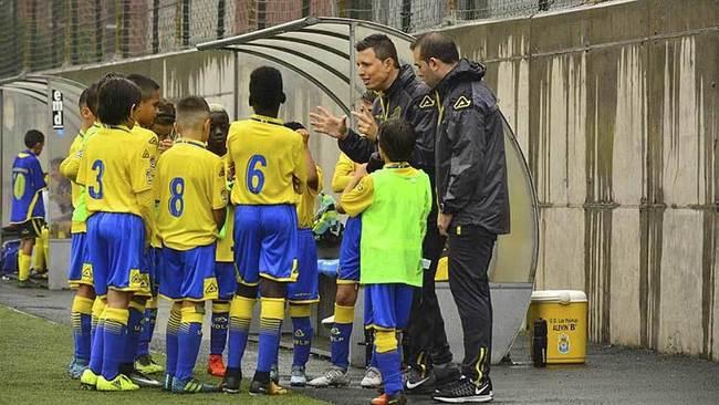 El técnico del Alevín B de Las Palmas se dirige a sus jugadores en...