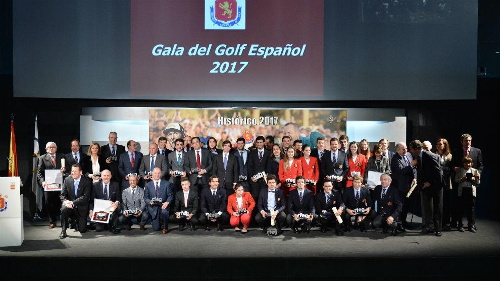 Foto de familia de los premiados en la gala de la Real Federación...