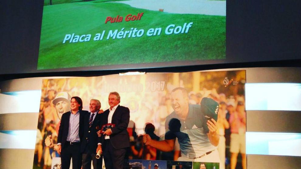 Arnau y Romeo Sala recibe la placa de manos de Gonzaga Escauriaza.