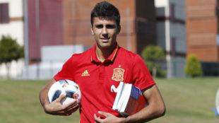 Rodrigo posa para MARCA durante una concentración de la selección...
