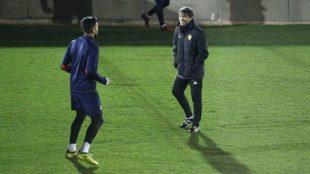 Garay y Marcelino charlan en la sesión vespertina de este lunes.