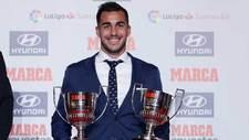 El ahora delantero del Granada, Joselu, con sus dos trofeos