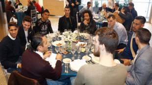 Los jugadores del Madrid durante la comida