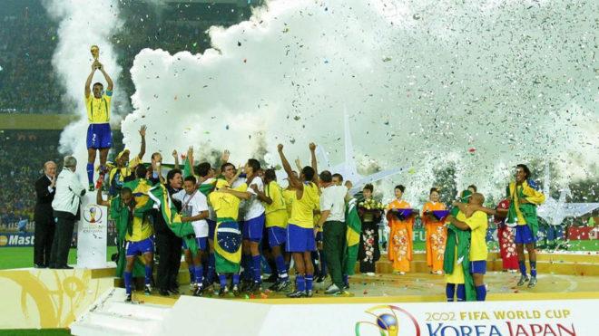 Cafú levanta la Copa del Mundo en 2002