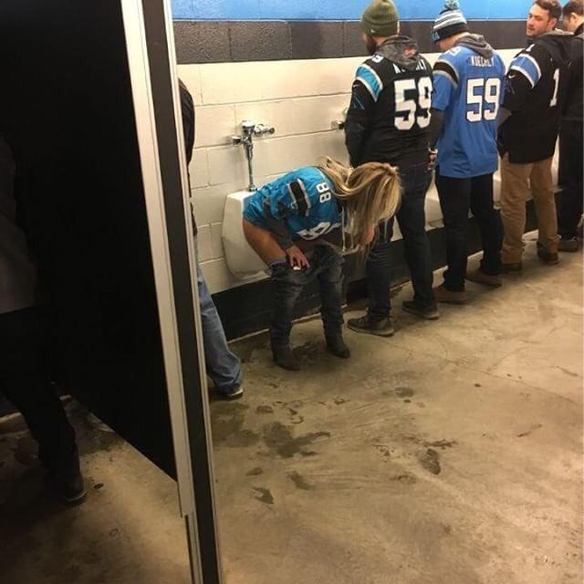Una seguidora de los Panthers orinando en los mingitorios masculinos