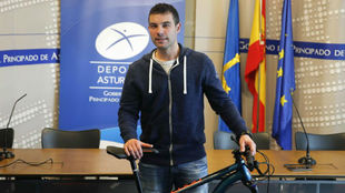'Juan sin miedo' , posa con su bicicleta, tras dar hoy a...
