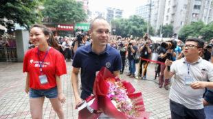 Iniesta recibe un ramo de flores en su visita a Chongqing este pasado...