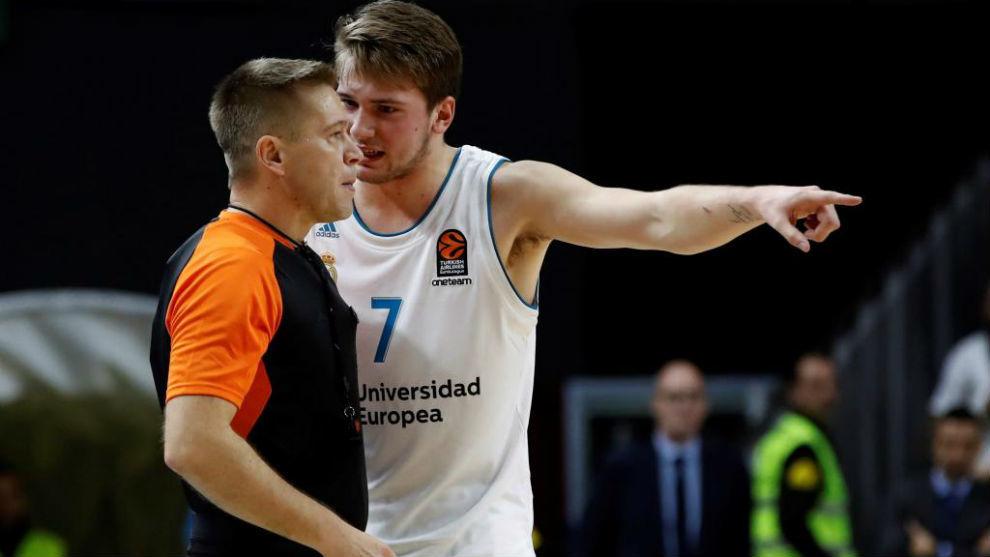 Luka Doncic protestando al árbitro