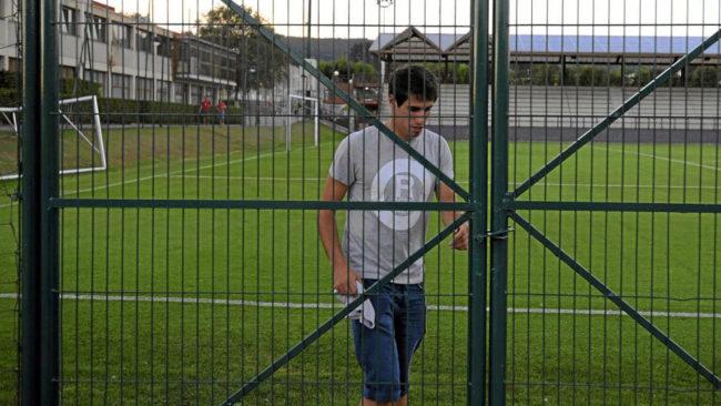 Javi Martínez, junto a una valla en Lezama