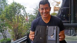 Jorge Almirón posa para MARCA con su pasaporte antes de la...