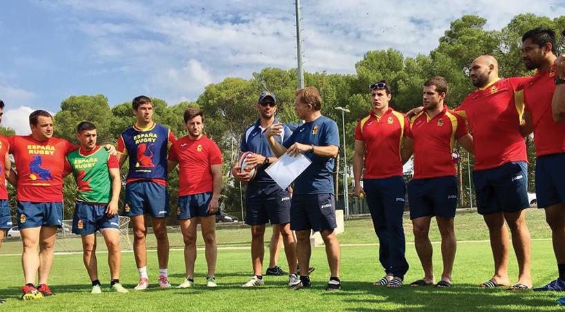 Santiago Santos, rodeado por sus jugadores durante una concentración...