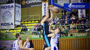 Goran Suton realiza un mate ante el jugador del Rosa Radom