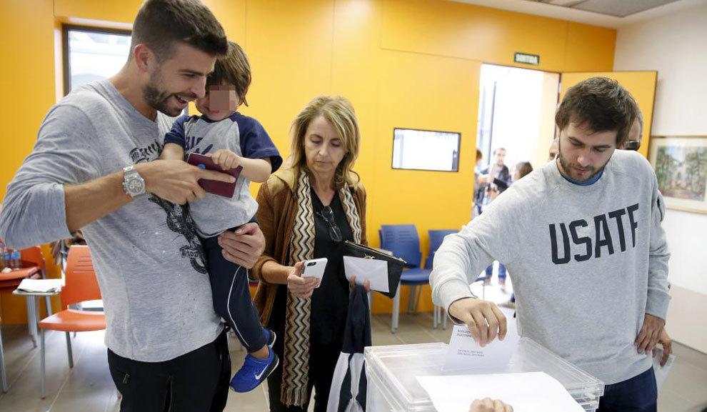 Piqué, votando en el referéndum del 1 de octubre junto a su hijo