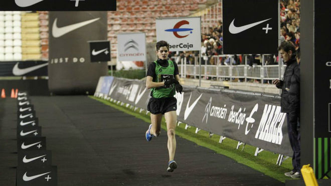 Aláiz a su llegada a meta en la San Silvestre Vallecana de 2012.