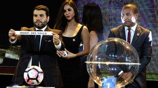 Hugo Figueredo muestra la papeleta de Independiente del Valle