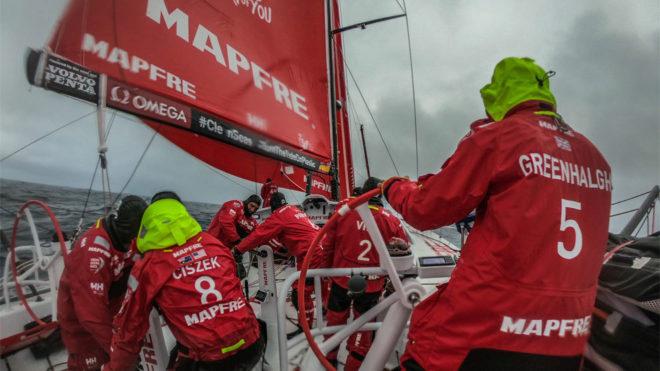 La tripulación trabajando en cubierta durante una maniobra