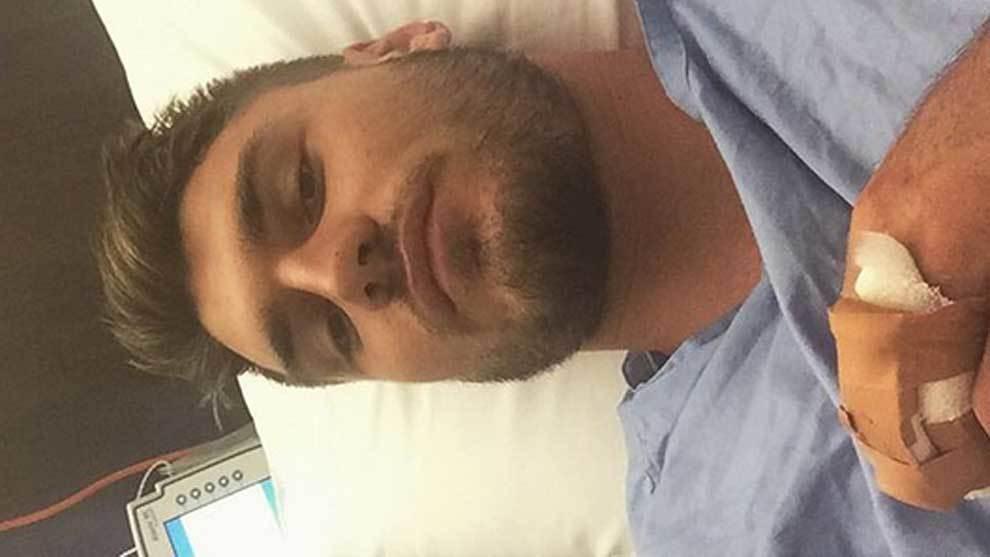 Angus Crichton convaleciente de una de sus operaciones en el dedo