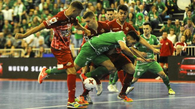 Eric Martel cae ante la presencia de Pito, Fernan y Matteus.