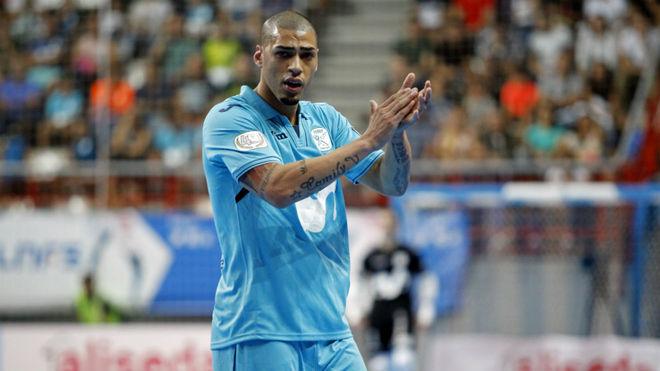 Elisandro aplaude durante un partido del Movistar Inter.