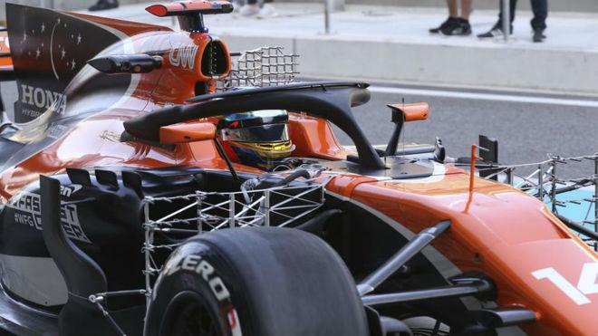 Fernando Alonso prueba el halo en el mcLaren MCL32 en los test de...