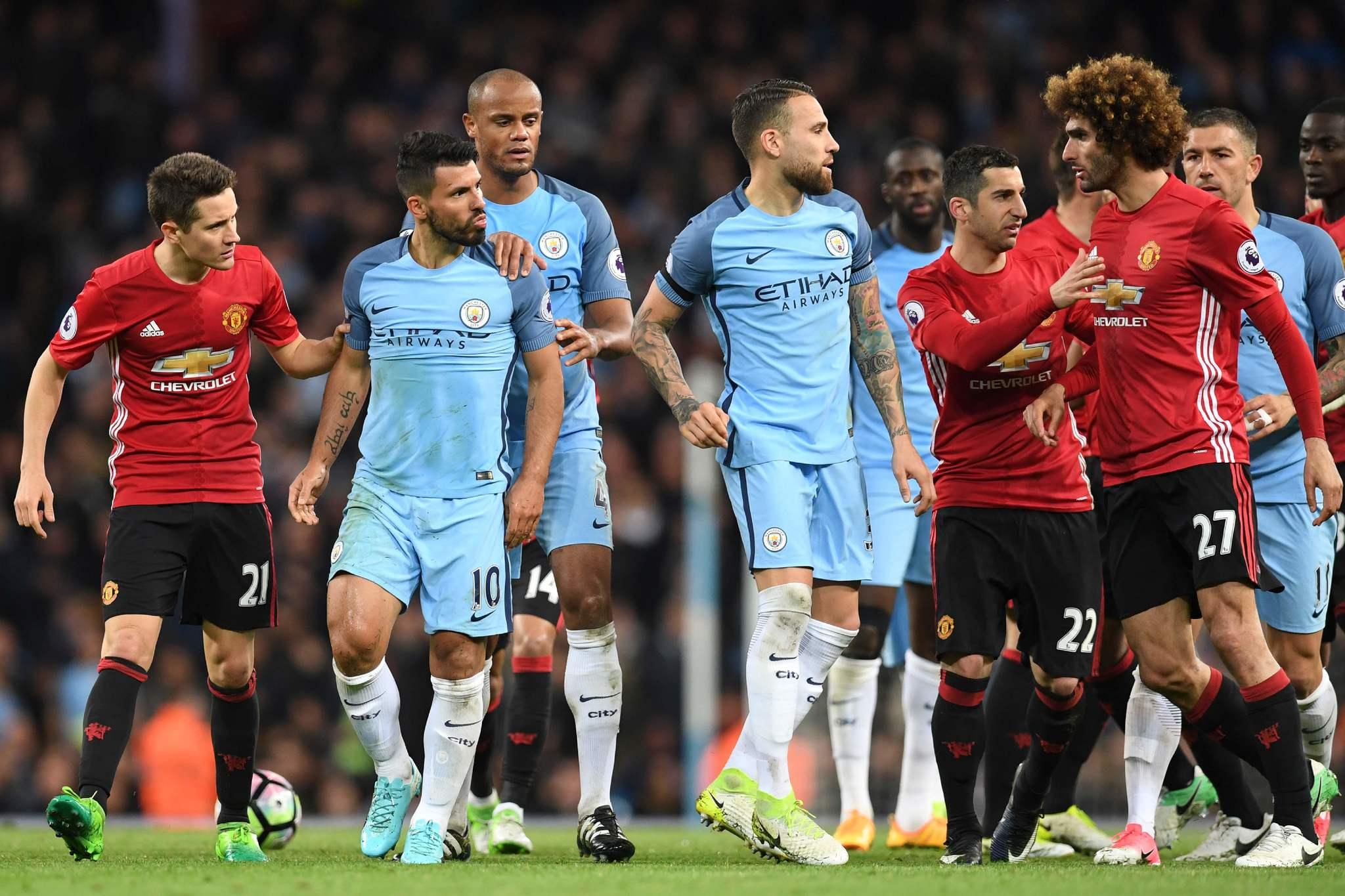 Fellaini en plena tensión entre jugadores del Manchester United y el...
