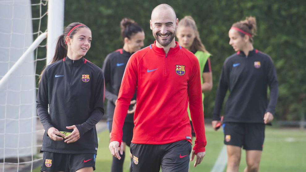 Fran Sánchez dialoga con Aitana Bonmatí durante un entrenamiento del...