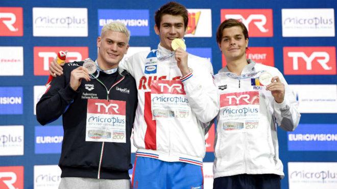 Kolesnikov, en el centro, en una ceremonia de entrega de medallas en...