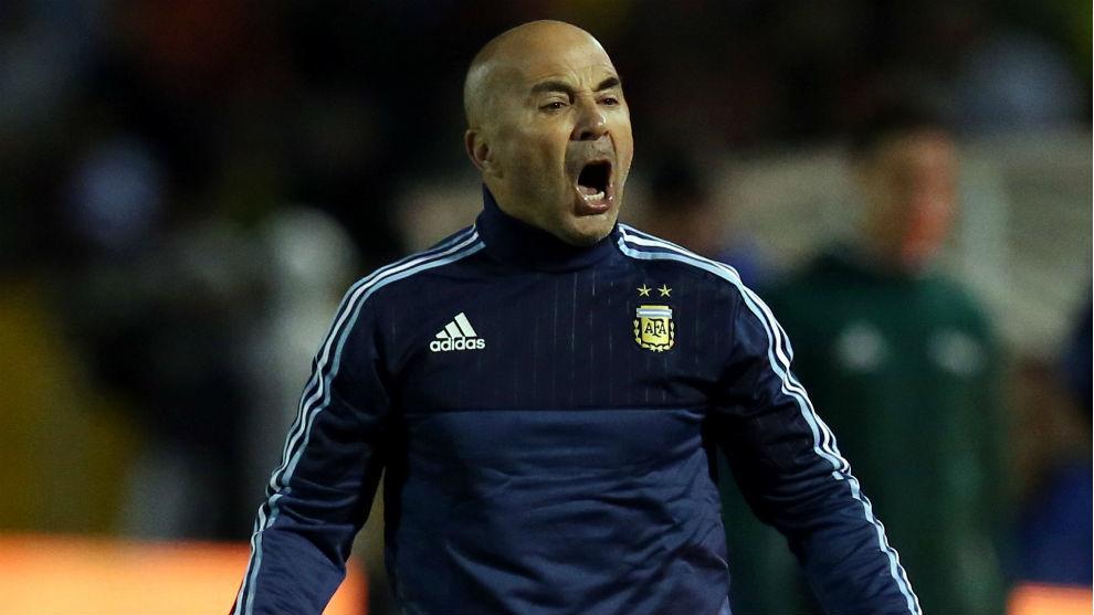 Sampaoli da órdenes durante un partido de Argentina.