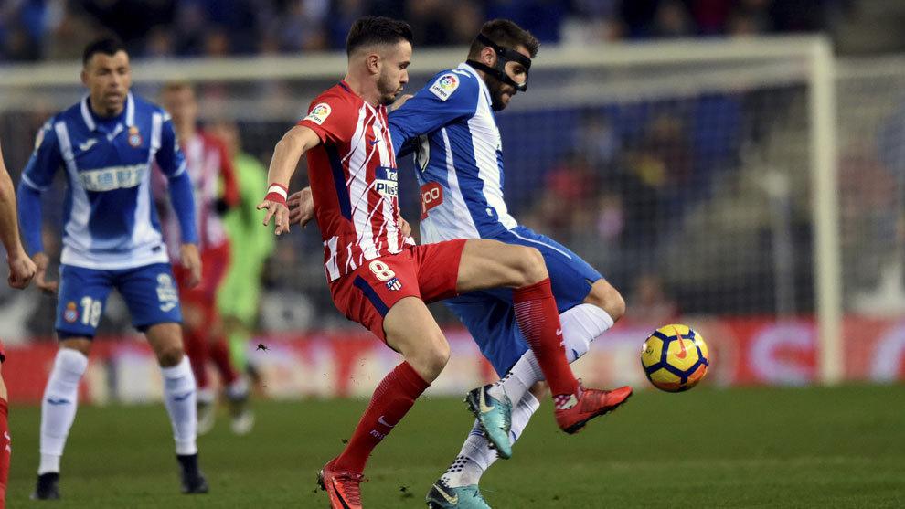 Saúl lucha por un balón junto a David López.