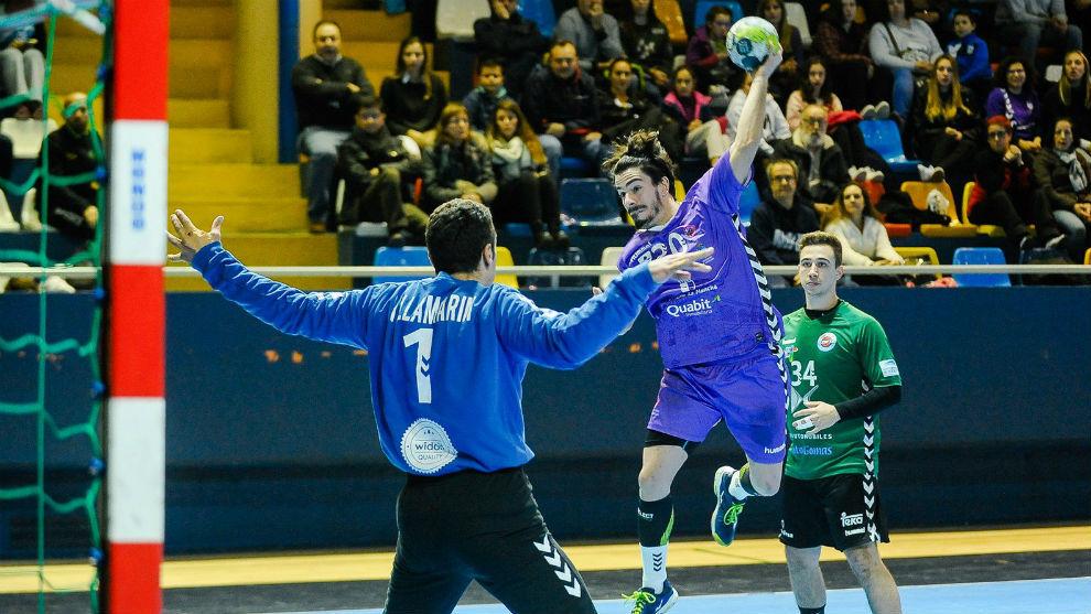 Nacho Moya lanza ante Jorge Villamarín en el partido de ida entre el...